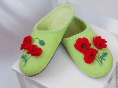 Купить или заказать Тапочки валяные Маки в интернет-магазине на Ярмарке Мастеров. Вот и осень! Дни становятся холоднее, а значит самое время порадовать себя теплыми и уютными тапочками!))) А главное они никогда и ничего не натрут, как любая другая обувь, они с радостью примут форму Вашей ноги. Они мягкие и комфортные, да и к тому же еще и красивые)) А вы знаете, что шерсть отлично впитывает влагу? Ваши ножки всегда будут оставаться сухими и даже летом в таких…