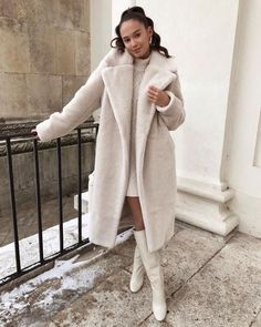 This long faux fur elevates your style to the next level 👸 Long Beige Faux Fur Coat with pockets on the side. Winter Coat Outfits, Winter Fashion Outfits, Autumn Winter Fashion, Trendy Outfits, Fall Outfits, Cute Outfits, Cute Winter Coats, Autumn Style, Beige Faux Fur Coat
