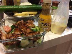 From: 貴婦奈奈的福態日記 ------- 雞腿肉兩到三塊、小黃瓜、玉米筍、洋蔥(切絲泡冰水)、水煮蛋兩顆。  調味料:美奶滋、芝麻醬、黃芥末籽、蜂蜜。  做法:小黃瓜切塊、洋蔥切絲一起泡鹽水備用(這會讓黃瓜有味、洋蔥不嗆)。然後開始煎雞腿排。  在雞皮上淋蜂蜜,香!小火煎熟透後,雞皮剪塊或切塊(台隆或IKEA有賣剪食物的大剪刀) ,加入剛剛泡鹽水的小黃瓜和洋蔥(差不多一碗水加兩三小匙鹽,有點鹹鹹就可以),因為蔬菜已經泡過鹽水,所以調味就不再加鹽。  注意:這道菜因為我加了沙拉醬、玉米筍和水煮蛋,最好一兩天內吃完唷~如果要放超過三天,只做好雞肉、黃瓜和洋蔥、芝麻醬和芥末籽就冰起來,先不加玉米筍、水煮蛋和沙拉醬(做成蛋沙拉),要吃的時候再加)。再繼續加入燙熟的玉米筍,再加入水煮蛋切塊。淋點和風芝麻醬和美奶滋拌一拌,完成。  看個人口味可以再挖點黃芥末籽進去,也可再加一點白胡椒或黑胡椒,兩者各有不同風味。口味層次每次做、一次一次都有變化。