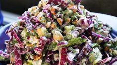 Recept: rodekoolsalade met blauwe kaas en hazelnoten | MUNCHIES