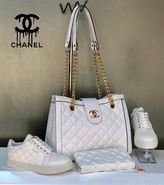 There are lots of luxury and well designed Chanel bags in the stores this season. I mean, who doesn't like a Chanel bag? Channel Shoes, Channel Bags, Chanel Handbags 2017, Chain Shoulder Bag, Vintage Handbags, Fashion Bags, Chanel Fashion, Fashion Handbags, Cross Body Handbags