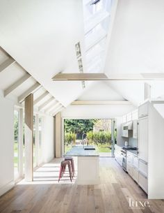 Modern White Kitchen with Sliding Glass Door Parisian Apartment, Interior Design Magazine, Sliding Glass Door, Maine House, Home Kitchens, Country Kitchens, Country Homes, Luxury Homes, New Homes
