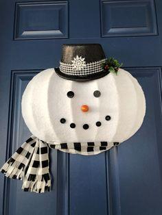 Snowman Wreath, Snowman Crafts, Wreath Boxes, Wreath Ideas, Snowman Faces, Primitive Carrots, Front Door Decor, Holiday Wreaths, Dollar Tree Crafts
