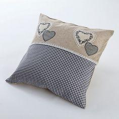 """Kissen mit Herz-Applikationen. Die Kissenhülle """"Sophie"""" bringt herzige Akzente in die Wohnung! #landhaus #home #wohnen #herz #kissen #weltbild"""