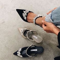 Manolo Blahnik - seriously obsessed with these pumps Source by maikeull shoes Cute Shoes, Me Too Shoes, Easy Style, Manolo Blahnik Heels, Mode Inspiration, Crazy Shoes, Beautiful Shoes, Stilettos, Flats