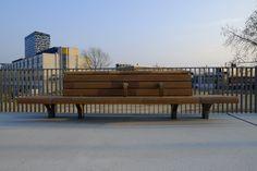 Blijft een geweldige keuze van Prorail, FSC voor comfortabel stationsmeubilair. Dit is Station Goffert in Nijmegen, Jan Kuipers Nunspeet samen met Koninklijke Dekker Outdoor Furniture, Outdoor Decor, Netherlands, Public, Wood, Projects, Beautiful, Design, Home Decor