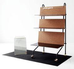 Back to back, son muebles expositores que se pueden transportar por lo que tiene ruedas para facilitar y pueden ser de dos caras o de una.