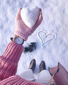 Fotos para recriar no inverno Snow Photography, Tumblr Photography, Girl Photography Poses, Creative Photography, Editorial Photography, Snow Pictures, Winter Love, Winter Snow, Winter Pictures