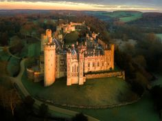 Battlements at dawn, Arundel Castle / England (by Andrew Thomas).