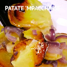 Le PATATE 'MPACCHIUSE sono un secondo piatto facile e gustoso, tipico della cucina calabrese. Si preparano con fettine di patate e cipolla, cotte in padella ✫♦๏☘‿WE Sep 18 , ✤ ❀‿❀ ✫❁`✿ ~⊱🌹🌸🌹⊰~❥ ༺✿༻♛༺ ♡~♥⛩ ⚘☮️❋ Side Dish Recipes, Fish Recipes, Vegetable Recipes, Vegetarian Recipes, Chicken Recipes, Cooking Recipes, Campfire Desserts, Street Food, Food Dishes