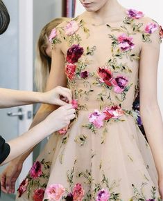 Petite Fleur — notordinaryfashion: Marchesa F/W 2018 backstage Couture Embroidery, Embroidery Dress, Beautiful Gowns, Beautiful Outfits, Couture Fashion, Runway Fashion, Marchesa Fashion, Look Fashion, Fashion Design