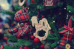 Ζωάκια από γιορτινό καρό ύφασμα και retro ξύλο στολίζουν τα πιο όμορφα #Χριστουγεννιάτικα δέντρα! 🐶🐴🎄 Όμορφα #Χριστούγεννα στο #MySeason! 🎅