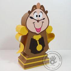 Caixinha surpresa inspirada no personagem Horloge, do filme a Bela e a Fera (animação Disney). Feita totalmente em papel, ela é usada para decorar mesas provençais ou de guloseimas, além de ser uma bela lembrança para seus convidados.
