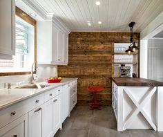 Beau classique / vintage ! Superbe mur de planches ajoutant chaleur à l'ensemble. Designer: Karine Poitras