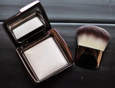 Hourglass Cosmetics Ambient Lighting Powder in Ethereal Light - gives your skin an amazing glow!