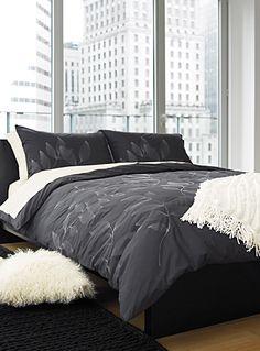 Un design australien exclusif chez Simons Maison   Pour une chambre à coucher urbaine et sophistiquée, délicate broderie de fil métallisé sur fond gris charcoal pure mode. Pur  cot on 250 fils au pouce. Laver à cycle délicat et sécher à basse température.   L'ensemble comprend :   Jumeau : 1 housse 66x90 pouces, 1 cache-oreiller 20x26 pouces Double : 1 housse 84x90 pouces, 2 cache-oreillers 20x26 pouces  Grand format : 1 housse 90x95 pouces, 2 cache-oreillers 20x30 pouces Très grand…