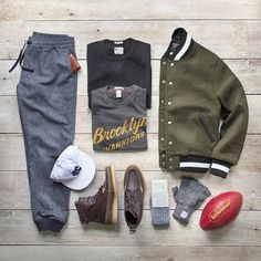 Classic collegiate combo with @toddsnyderny. Thrilled to teamed with my good friends at Todd Snyder to style a few looks from their autumn/winter line. All available on their site this one features: Jacket/Sweatpants/Sweatshirt/T-Shirt: @toddsnyderny x @champion Boots: @toddsnyderny x @colehaan Socks:@toddsnyderny x @mrgraysocks Gloves: @toddsnyderny x @upstatestock Wallet: @toddsnyderny x @maxxandunicorn Football: @toddsnyderny x @leatherheadsports #ToddSnyder #collab #flatlay by…