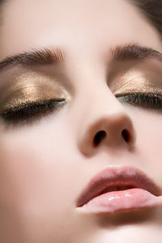 Gold eyes and light pink lips. Eye of the romantic fire sign Makeup Tips, Beauty Makeup, Hair Beauty, Makeup Ideas, Cool Makeup Looks, Glamour, Beauty Junkie, Face Hair, Makati