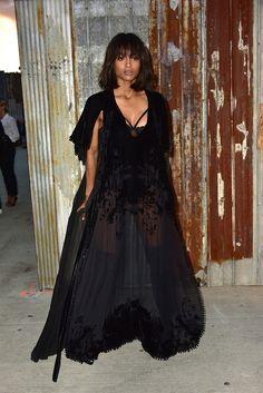 Ciara en robe noire Givenchy