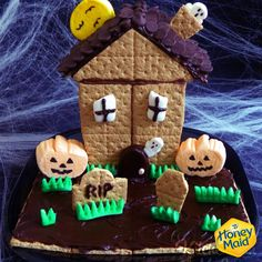 Make family time count this Sunday with this House of Spooky S'mores made with Honey Maid Graham Crackers. Check out Jill Mill's full recipe on Kitchen Fun with My 3 Sons. Honey Maid Graham Crackers, Gingerbread Cookies, Gingerbread Houses, Holiday Treats, Goblin, Halloween Crafts, Crafts For Kids, Thanksgiving, Snacks