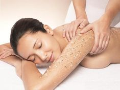 Body Polishing is the new trend now. It is nothing but a deep cleansing and exfoliation of body skin. We generally hit to salons and spa to get the body Healthy Beauty, Health And Beauty Tips, Healthy Skin, Beauty Advice, Healthy Habits, Beauty Care, Diy Beauty, Full Body Exfoliation, Exfoliating Body Scrub