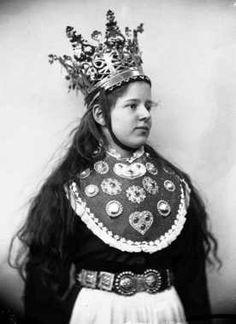 Digitalt Museum - Studiofotografi av kvinne med brudedrakt og brudekrone fra Sogn. Utslått hår. Hofteutsnitt. Vendt mot høyre. Ser ut mot høyre.