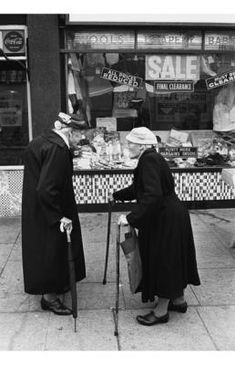vintage everyday: 15 Black and White Photographs Capture The Gritty Reality of Life in East London During The Swinging Sixties Vintage Pictures, Old Pictures, Old Photos, Vintage Images, Vintage London, Old London, London City, London History, British History