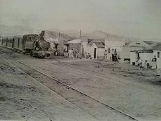 Málaga. Octubre, 1954. El desaparecido tren de los Ferrocarriles Suburbanos de Málaga a su paso por las chabolas de la playa de San Andrés. (Fondo Bienvenido-Arenas. Archivo CTI-UMA).