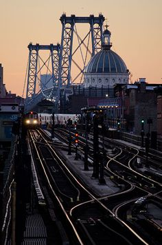 WILLIAMSBURG BRIDGE | MANHATTAN & BROOKLYN | NEW YORK CITY | USA: *Suspension Bridge crossing the East River, connecting Manhattan & Brooklyn; Road & Rail Bridge* Photo: Fred Hat