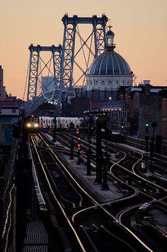 WILLIAMSBURG BRIDGE | MANHATTAN & BROOKLYN | NEW YORK CITY | USA: *Suspension Bridge crossing the East River, connecting Manhattan & Brooklyn; Road & Rail Bridge* Photo: Fred Hat