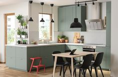 Gray-green kitchen with environmentally friendly material - IKEA This trendy decor model, which generates warm Kitchen Furniture, Kitchen Interior, Kitchen Decor, Modern Ikea Kitchens, Home Kitchens, Remodeled Kitchens, Updated Kitchen, New Kitchen, Kitchen Dining