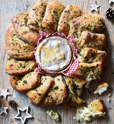 Camembert and herby bread wheel An impressive tear and share - just pull off a piece and dip it. Healthy Dinner Recipes, Appetizer Recipes, New Recipes, Appetizers, Baked Camembert Bread, Christmas Buffet, Christmas Ideas, Christmas Gifts