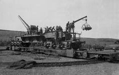 Frankreich 1941 - Eisenbahngeschütz wird in Stellung gebracht und beladen