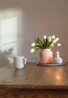 Heute Morgen war wieder so ein wunderbares Schattenspiel an der Wand. Ich liebe den Samstagmorgen sowieso; das ganze Wochenende liegt noch vor einem. Ich genieße in Ruhe meinen Kaffee und freue mich auf den Tag. Habt alle einen schönen Abend!