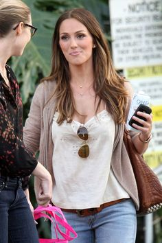 Minka Kelly Photos Photos: Minka Kelly Leaves E! Studios Minka Kelly Photos - Minka Kelly, star of t Minka Kelly Hair, Minka Kelly Style, Jeans Claro, Loose Fitting Tops, Brunette Hair, Beautiful Celebrities, Balayage Hair, Her Hair, Cool Hairstyles