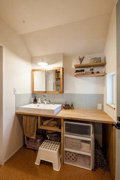 ラボワット(株)建空間が逗子市にて建築した、ナチュラルテイストの注文住宅の作品事例です。外壁はそとん壁と木製玄関ドア。内装は無垢の床材に壁にも一部気を貼っています。2階リビングとウッドデッキバルコニーも特徴です。