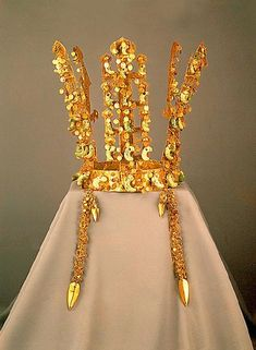 Silla Dynasty Gold Crowns, 5-6th century AD, Left: Height 27.5cm ...