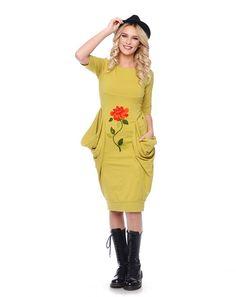 Sezonul acesta lasa-te inspirata de trendul folcloric care isi pune amprenta asupra modei si mizeaza pe piese vestimentare ornate cu broderii delicate cu motive florale. Rochii, fuste, bluze si jachete, toate piesele din colectia Mathilde aduc un omagiu artei traditionale, conferind un look imposibil de trecut cu vederea. Rochiile feminine sunt decorate cu detalii florale …