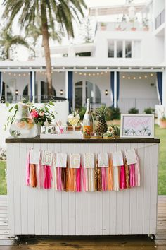 Can't get enough of this tropical wedding inspiration! The perfect summer wedding setting with bright colours and gold accents...