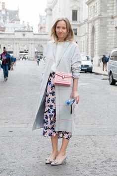 フローラルプリントのスカートを、とことんガーリーに着て