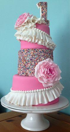 such a cute little girls cake.