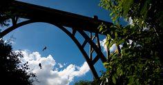 A Ponte Cascavel, um dos atrativos da Trilha dos Túneis, serve de cenário para a prática de rapel, em Gravatá, #Pernambuco