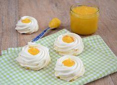 Met dit makkelijke recept maak je eenvoudig schuimbakjes met lemon curd. Een heerlijk zoet schuimpje met friszure vulling. Perfect voor Pasen.