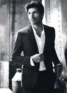 Model and partner of Kylie Minogue, Andrés Velencoso, is named the new face of MANGO. He replaces footballer Gerard Piqué.