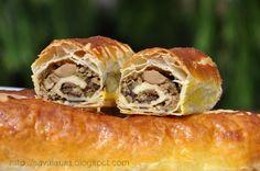 Rulouri din foitaj cu carne Romanian Food, Salmon Burgers, Bagel, Carne, Sushi, Good Food, Cooking Recipes, Bread, Mai