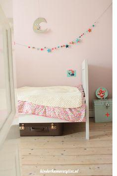 Kids room - little green box with pink cross on it - Kinderkamer Stylist Baby Bedroom, Girls Bedroom, Cool Kids Bedrooms, Kids Rooms, Murs Roses, Ideas Habitaciones, Kids Corner, Nursery Inspiration, Little Girl Rooms