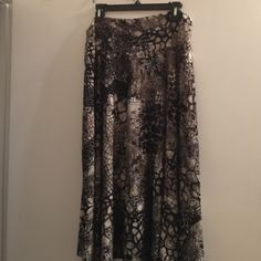 Tan jay skirt Colors in skirt are: black,olive,white,gold design. Beautiful skirt just to big now. Tanjay Skirts Maxi