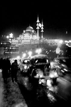 Straßenverkehr auf der Alten Galatabrücke, 1956  |  © Ara Güler/Galerie Hilaneh von Kories