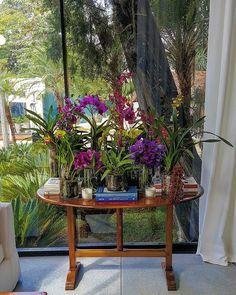 Composição linda de arranjos florais e livros.  Por Dado Castelo Branco na Casa Cor São Paulo 2016. . http://ift.tt/1PDZmBp  Snapchat decorandoacasa  #casacor #casacorsaopaulo #casacor30anos #casacoroficial #arch #architecture #arqdesign #arqdecor #designdecor #decorhome #arquitetura #homedecor #design #trends #olioliteam #designlifestyle