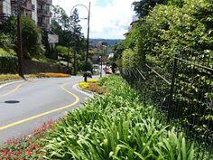 Endereço: R. Emílio Sorgets, 120 - Planalto, Gramado.       Na placa, consta como Emílio Surgetz.    Com suas belas floreiras, faz lembr...